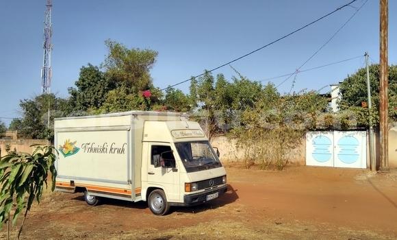 Acheter Occasion Utilitaire Mercedes‒Benz MB 100 D Beige à Bobo Dioulasso au Burkina-Faso